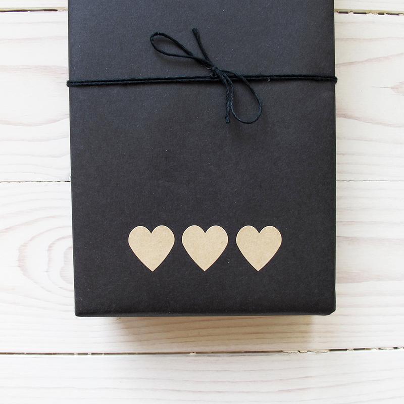 Klisteretiketter hjärtan i natur papp