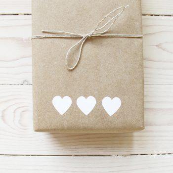 Klisteretiketter hjärtan i vit papp