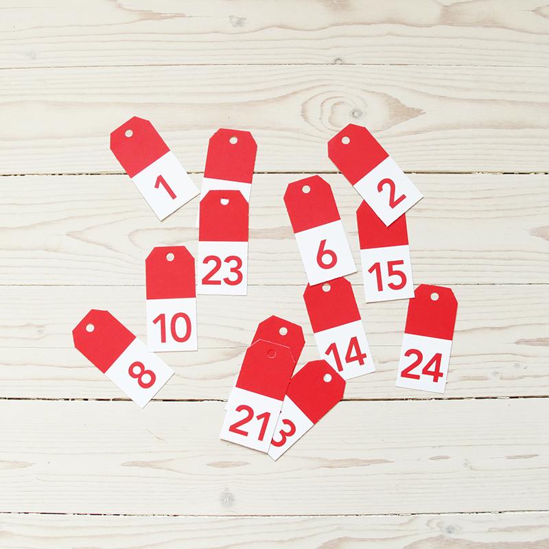 Etiketter hängetiketter numrerade med nummer 1-24, röd