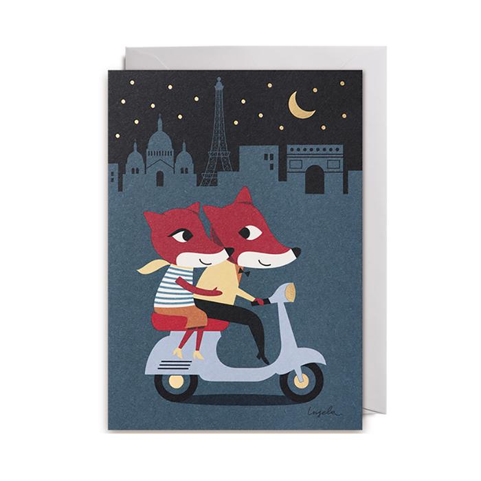 Dubbelvikt kort av Ingela P Arrhenius med rävar som åker moped