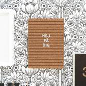 Bokstavstavla eller menytavla i kork med klassiska aviso bokstäver i plast