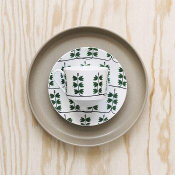 Kopp med gröna blad och mönstret Heather från House of Rym