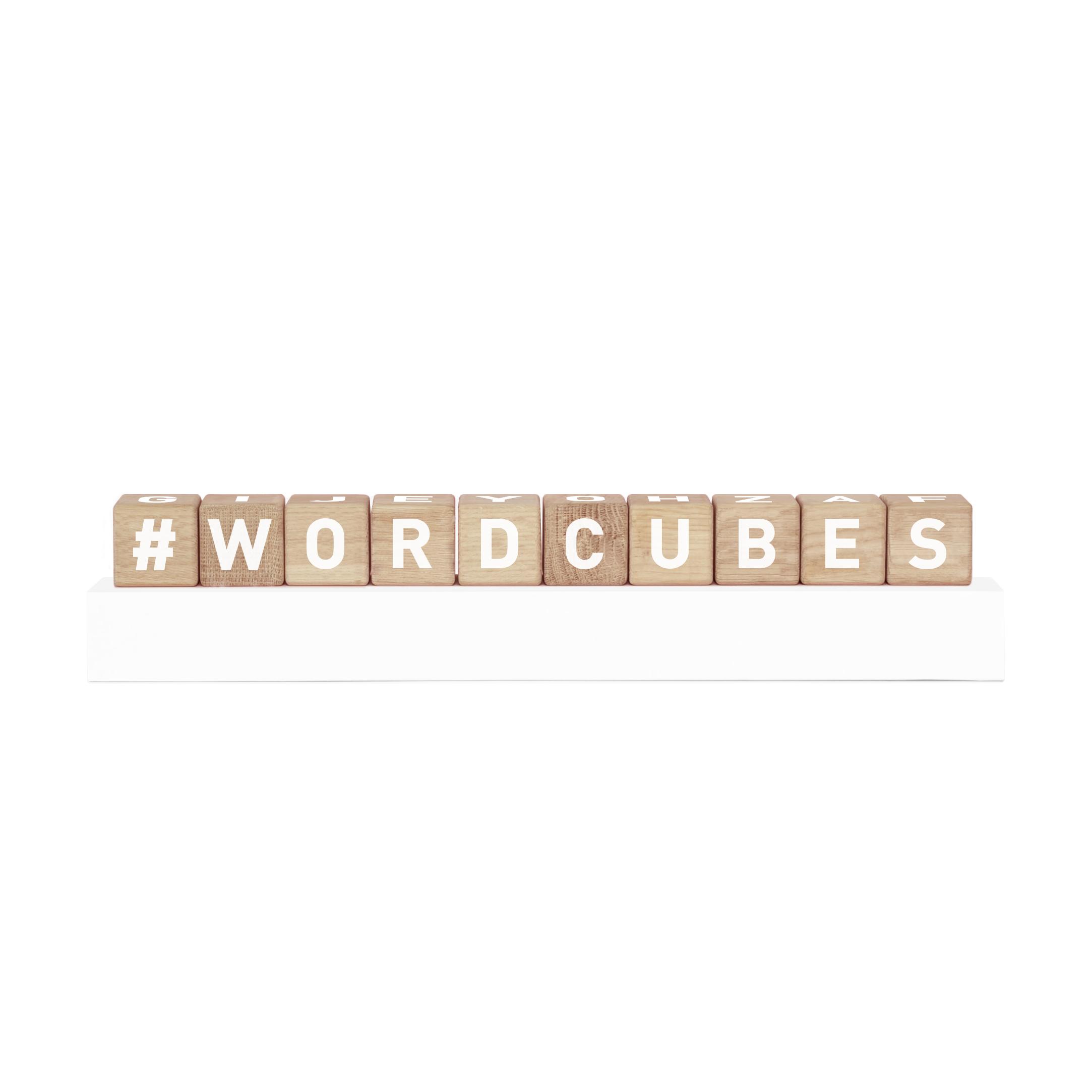 Word cubes, kuber eller klossar i träslaget ek med vita bokstäver och tecken