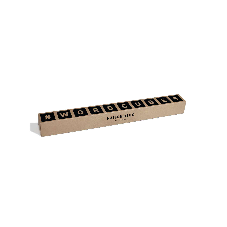 Word cubes, kuber eller klossar i träslaget ek med svarta bokstäver och tecken