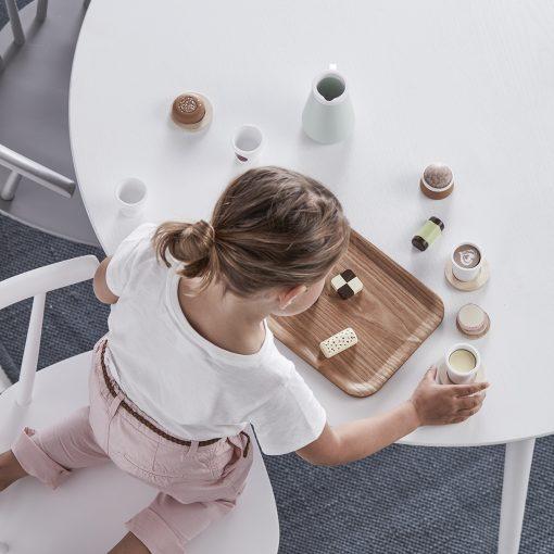 Fikaset med kaffekanna och små koppar fyllda med kaffe från Kids Concept