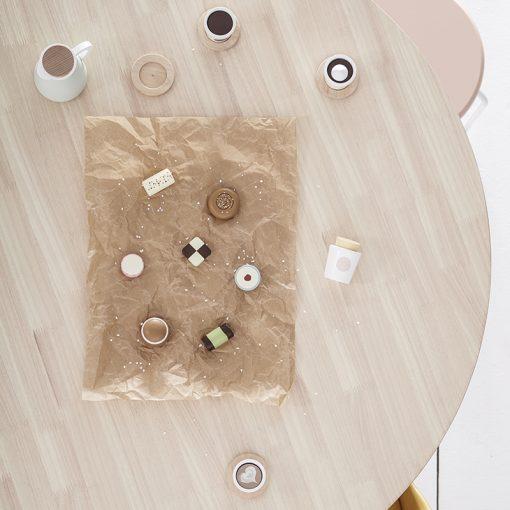 En klassisk svensk fika med kakor i trä från Kids Concept