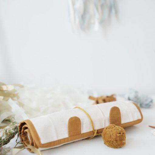 Ihoprullbart pennskrin i ekologisk GOTS-certifierad bomull roströd Roll up Pencil case bear ochre från Fabelab