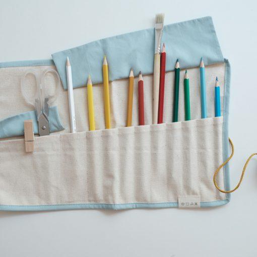 Ihoprullbart pennskrin i ekologisk GOTS-certifierad bomull ljusblå Roll up Pencil case cat foggy blue från Fabelab