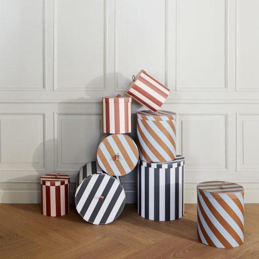 Rund randig låda eller box med lock från OYOY