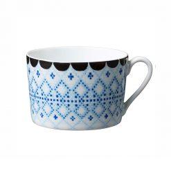 Kopp med blått broderimönster Tissage från House of Rym