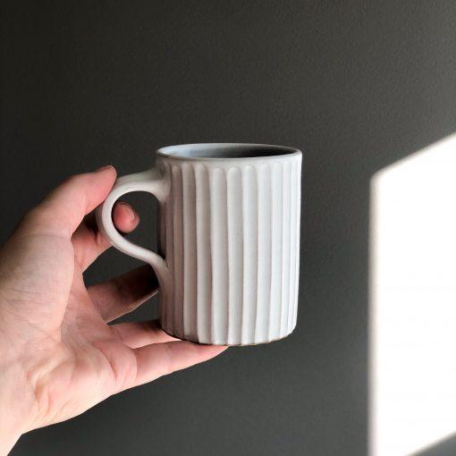 Handdrejad randig räfflad kopp i stengods Rhea från Afroart