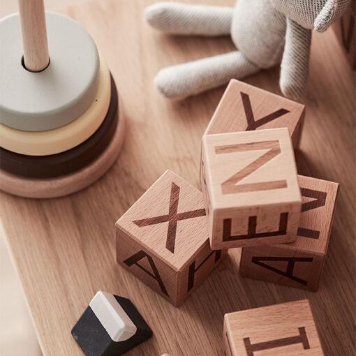 Träklossar med bokstäver från Kid's Concept