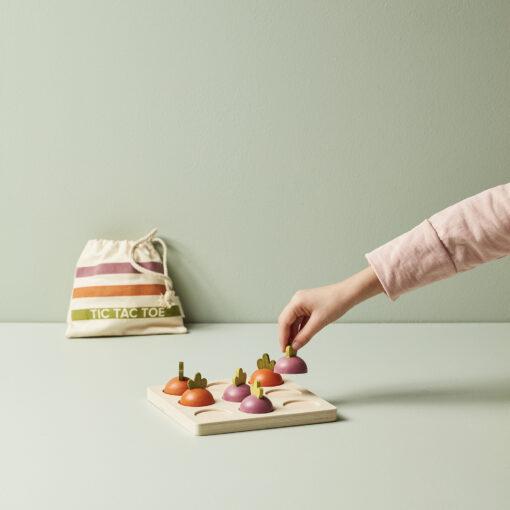 Barnspel Tre-i-rad helt i trä med morötter och rödbetor från Kids Concept