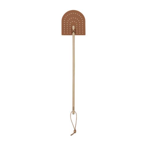 Snygg flugsmälla design i trä och silikon från OYOY