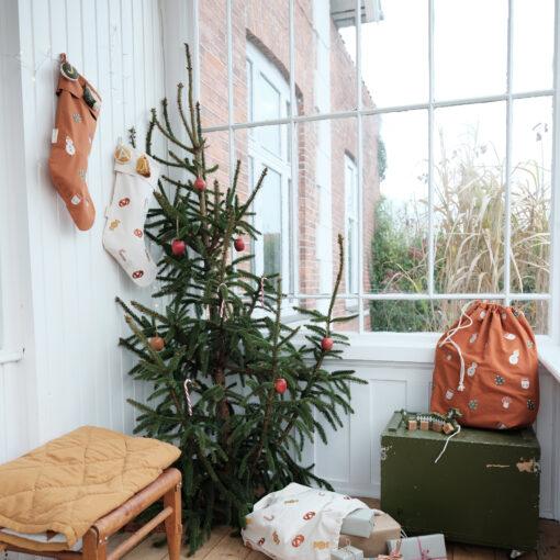 Julstrumpa i ekologisk bomull med skogsmotiv Forest från Fabelab