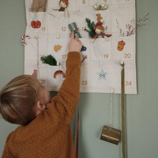 Paketkalender i ekologisk bomull med broderier från Fabelab