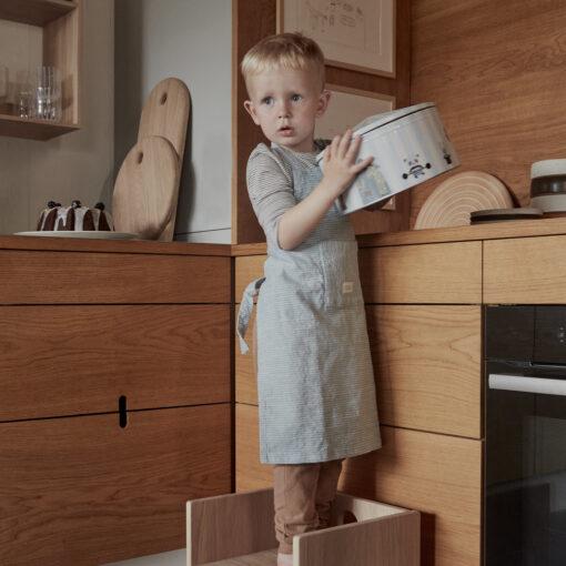 Barnförkläde Gobi i ljusblått randigt och brunt rutigt från OYOY