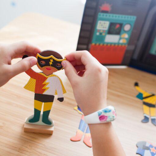 Magnetisk klippdocka med superhjältar Superheroes från Petit Collage