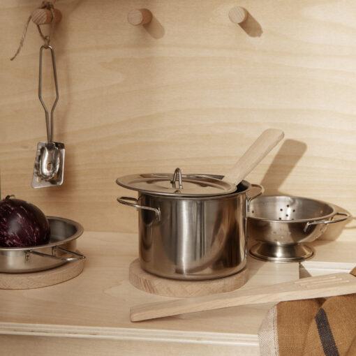 Köksredskap och kastruller till leksakskök Toro Play Kitchen från Ferm Living