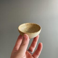Miniskål i prickig stengodslera Hera från Afroart