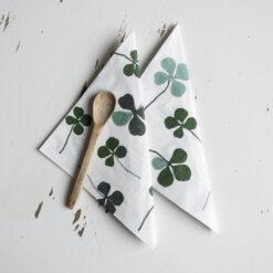Vita servetter 25p med gröna klöver Clover Fine Little Day