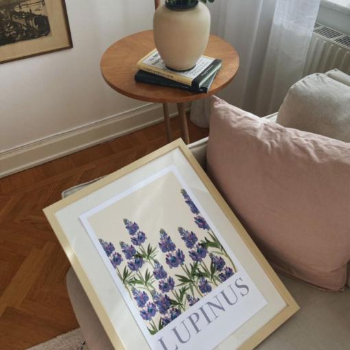 Poster med lila lupiner Lupinus från Kajsa Vaisual eller Kajsa Hagelin